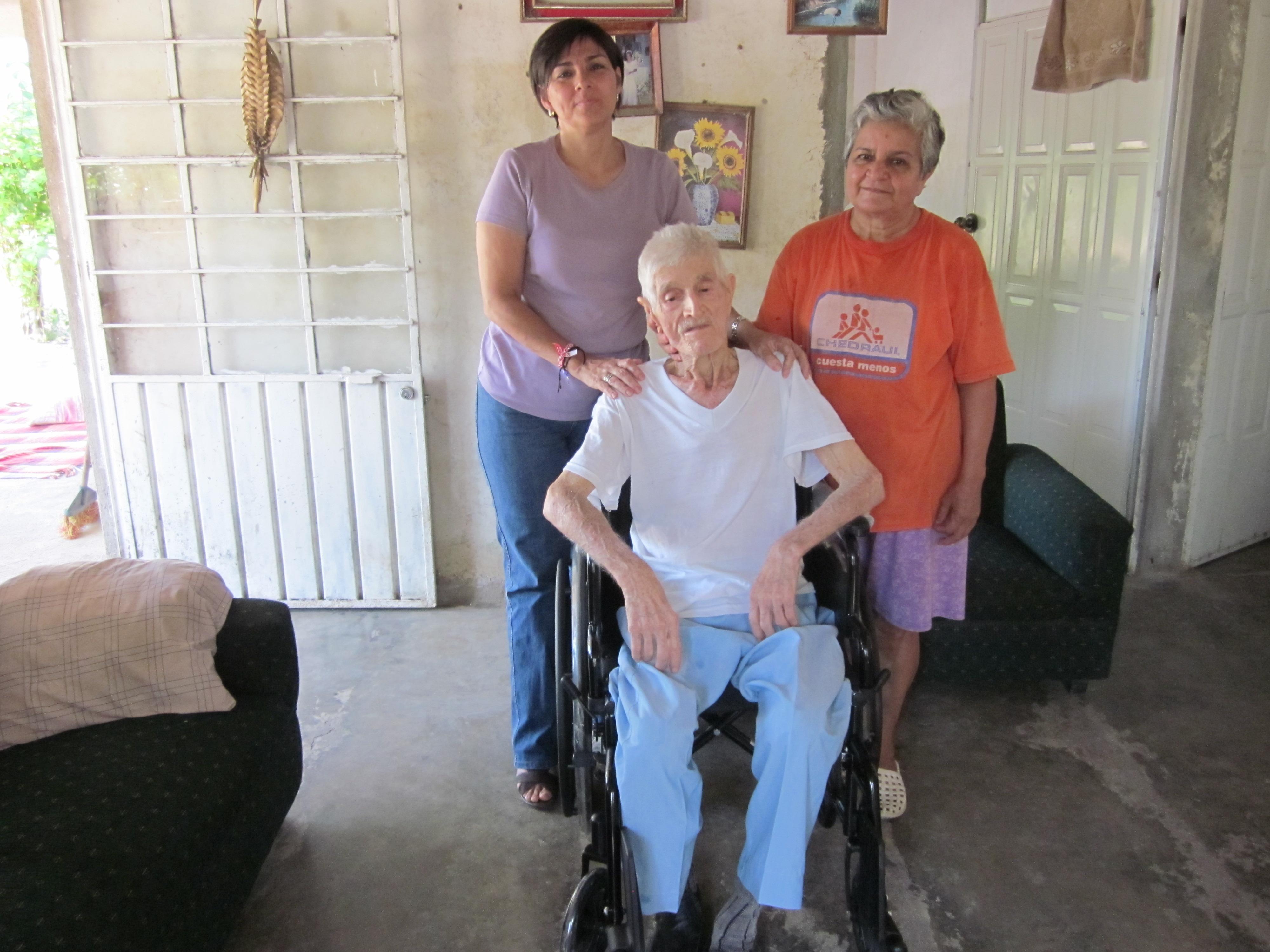 Entrega martha manterola silla de ruedas a persona de la for Sillas para tercera edad